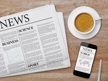 新闻在片剂、报纸和咖啡呼叫 免版税库存照片