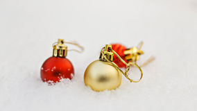 新年在白色雪的装饰球 库存图片