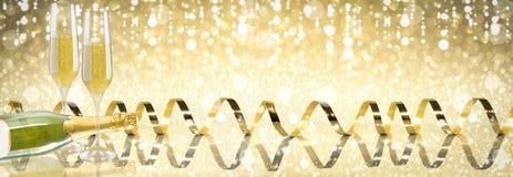 新年多士香槟横幅,金黄背景 免版税库存图片