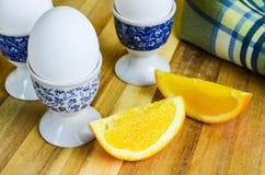 新水多的橙色切片用水煮蛋 免版税库存图片