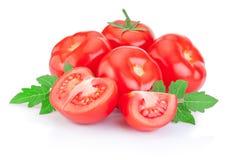 新水多的红色蕃茄和切片与被隔绝的叶子 库存图片