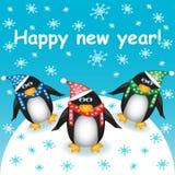 新年好!与三只逗人喜爱的动画片企鹅的明信片在帽子和围巾反对雪和落的雪花 库存图片