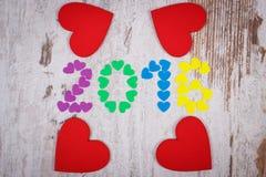 新年好2016做了五颜六色的心脏和红色木心脏 免版税库存图片