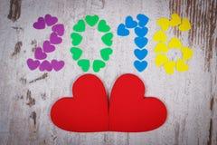 新年好2016做了五颜六色的心脏和红色木心脏 库存图片