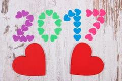 新年好2017做了五颜六色的心脏和红色木心脏 免版税库存图片