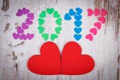 新年好2017做了五颜六色的心脏和红色木心脏 库存照片