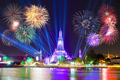 新年好2016年,在Wat ArunTemple,烟花, W的读秒2016年 免版税库存照片