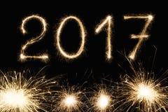 新年字体闪烁发光物在黑背景编号 库存图片