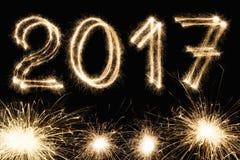 新年字体闪烁发光物在黑背景编号 库存照片