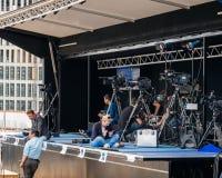 新闻工作者和电视工作人员他们的设备为官员做准备v 库存照片