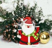 新年庆祝,圣诞节假日材料,树,玩具,与雪,圣诞老人红色帽子的装饰 免版税库存照片