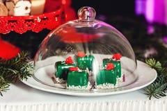 新年度`s概念 绿色曲奇饼,白色背景 库存图片