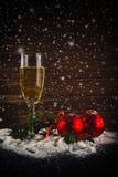 新年快乐。白葡萄酒和圣诞节球 免版税库存照片