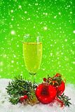 新年快乐。白葡萄酒和圣诞节球 库存图片
