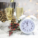 新年快乐与显示五的白色减速火箭的时钟的桌设置对午夜 库存照片