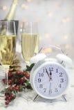 新年快乐与白色减速火箭的时钟的桌设置 库存图片