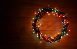新年快乐和圣诞快乐假日与花圈的模板卡片盘旋框架 免版税库存照片
