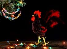 新年快乐和圣诞快乐拟订手工制造在圣诞树分支的工艺五颜六色的串珠的信件诗歌选 免版税库存照片