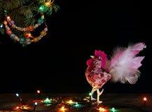 新年快乐和圣诞快乐拟订手工制造在圣诞树分支的工艺五颜六色的串珠的信件诗歌选 免版税库存图片