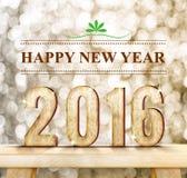 新年快乐词和2016木头数字在现代木桌上与闪耀的bokeh墙壁,假日概念 免版税库存图片