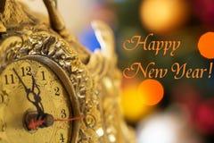 新年快乐,在午夜前的时钟与题字 免版税图库摄影