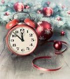 新年快乐!与闹钟的贺卡 免版税图库摄影