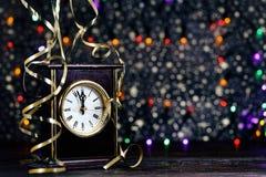 新年快乐2017年 在抽象背景的老时钟 免版税库存照片