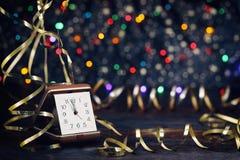 新年快乐2017年 在抽象背景的老时钟 库存图片