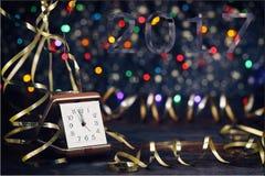 新年快乐2017年 在抽象背景的老时钟 免版税库存图片