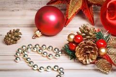 新年戏弄pinecones和球在土气样式 免版税库存图片