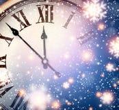 新年时钟有多雪的背景 库存图片