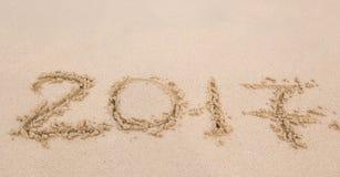 新年2017年是以后的概念-在海滩沙子的题字2017年 图库摄影