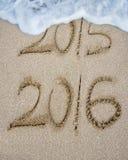新年2016替换2015年在沙子海滩 库存照片