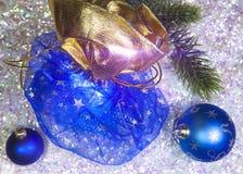 新年有礼物的` s大袋和在雪背景的一个球 免版税图库摄影