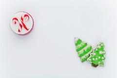 新年杯形蛋糕和曲奇饼 免版税库存图片