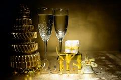 新年构成用香槟和礼物在金背景 库存照片