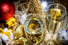 新年构成用香槟和礼物 免版税库存照片