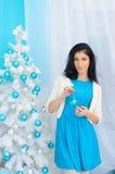 新年树的深色的女孩 库存照片