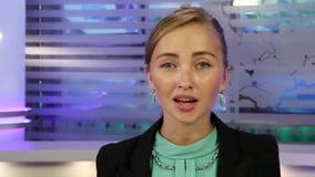 新闻演播室 在电视上的年轻和美好的女孩读书新闻 影视素材