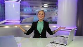 新闻演播室 在电视上的年轻和美好的女孩读书新闻 股票录像