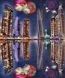 新年烟花显示在迪拜小游艇船坞,迪拜,阿拉伯联合酋长国 库存图片