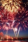 新年烟花水面上与在黑天空的反射 免版税图库摄影