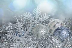 新年球和雪花在闪亮金属片a 免版税库存图片