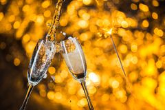 新年的在与香槟玻璃的午夜在轻的背景 库存图片