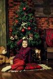 新年的家庭庆祝 在结构树附近的男孩圣诞节 库存照片