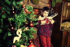 新年的家庭庆祝 在结构树附近的男孩圣诞节 免版税库存图片