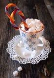新年的杯子用热巧克力和糖果 免版税库存照片