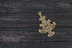 新年的标志在形式圣诞树的在木背景 库存图片