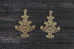 新年的标志以圣诞树的形式在木背景 免版税图库摄影
