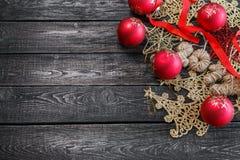 新年的标志以圣诞树的形式在木背景 库存图片